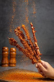 Parrillada mixta con mala sazonada, pimienta de sichuan, especias chinas.