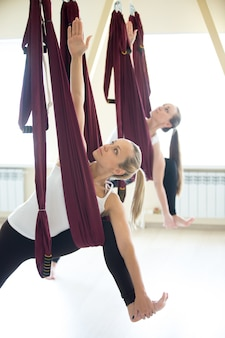 Parsvottanasana yoga plantean en la hamaca