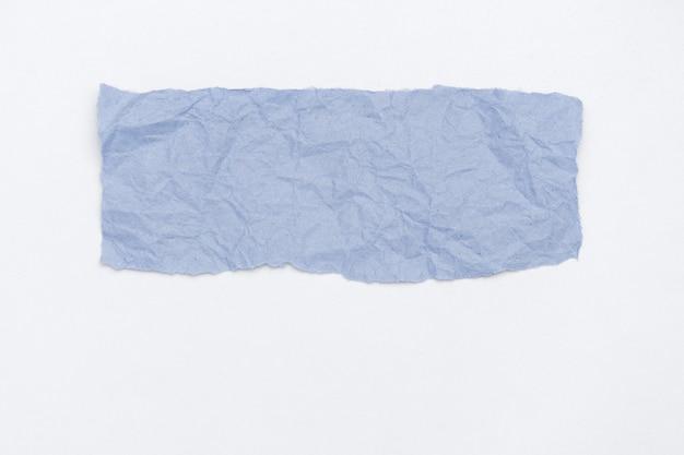 Parte abstracta del embalaje de papel arrugado artesanal entonado en color claro 2020 azul clásico