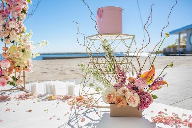 Parte del arco de la boda decorado con flores frescas.