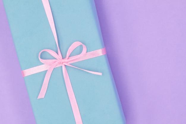 Una parte de la caja de regalo azul de navidad o año nuevo con cinta rosa