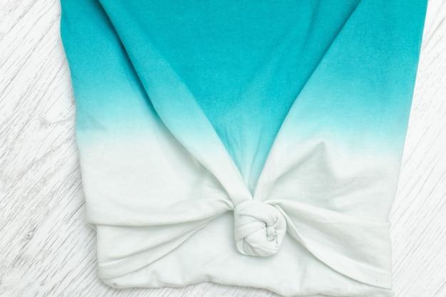 Parte de la camiseta degradada con un nudo. primer plano, detalle