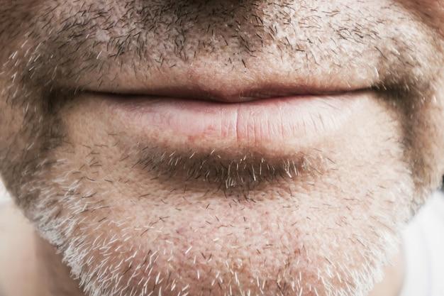 Parte de la cara de los hombres con cerdas.