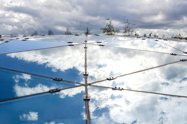 Parte de la construcción de vidrio que refleja el cielo azul.