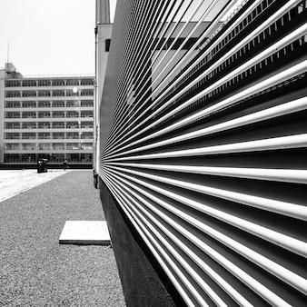 Parte del edificio hecha de piezas blancas de metal que se superponen