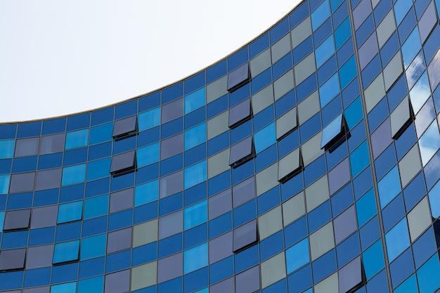 Parte del edificio semicírculo con pared de vidrio.