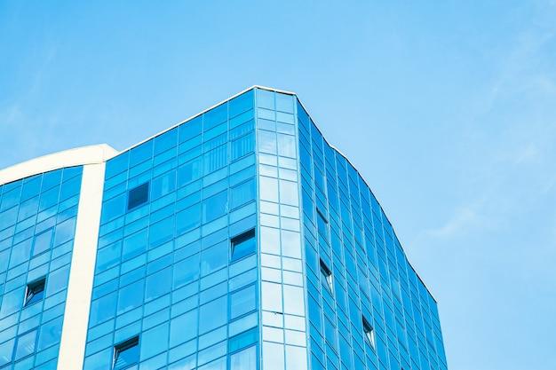 Parte del edificio con ventanas acristaladas contra el cielo.