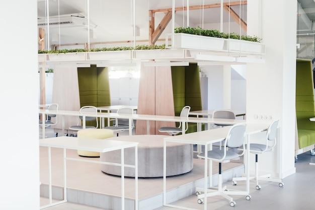 Parte del espacio de oficina en un día soleado. trabajo colaborativo.