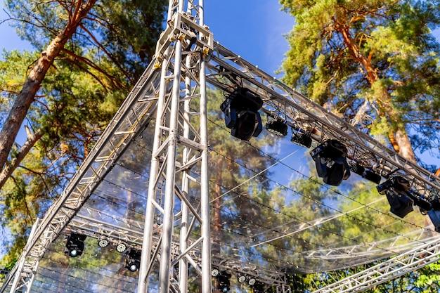 Parte de estructuras metálicas con luces en altura. concierto al aire libre. de cerca.