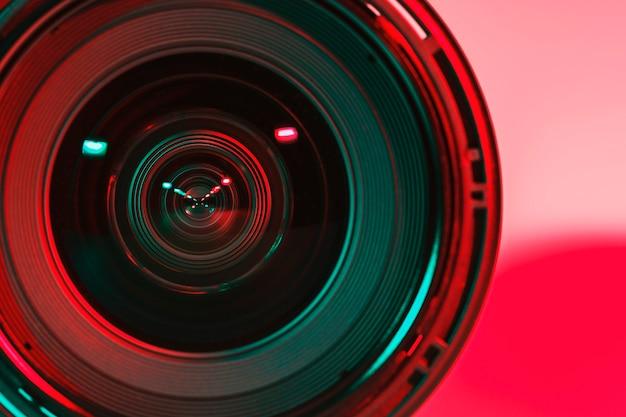Parte frontal de la cámara de la lente y color de la cortina clara de dos flash.