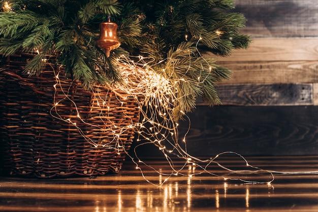 La parte inferior del árbol de navidad con luces de año nuevo
