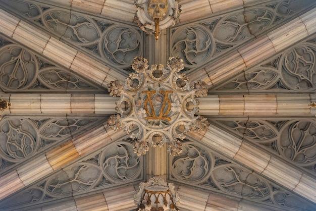 Parte inferior del arco en el barrio gótico de barcelona. puente de los obispos.