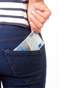 Parte inferior de la mujer con 20 euros en el bolsillo