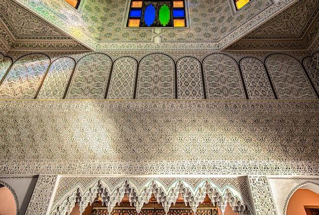 Parte del interior es de estilo oriental tradicional con muchos adornos y vidrieras de colores.