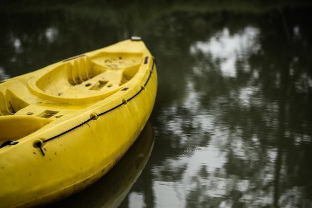 Una parte de kayak en color amarillo.