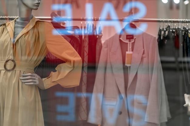 Parte del maniquí vestido con ropa casual.