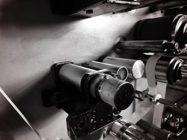 Parte metálica. engranajes en el motor de un automóvil. concepto: creación de piezas para máquinas de producción. caja de cambios mecánica. concepto - primer plano de piezas de automóvil. fabricación de motores de automóviles. primer plano del motor.