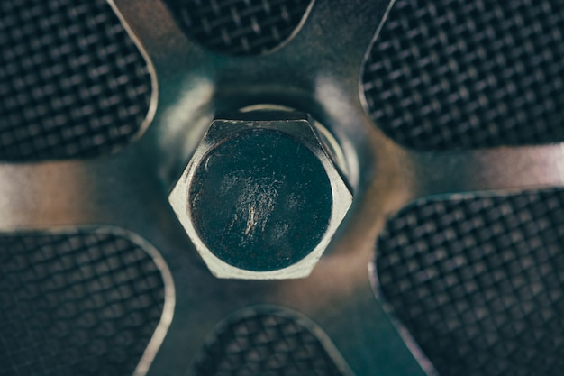 Parte metálica redonda con un primer plano de perno.