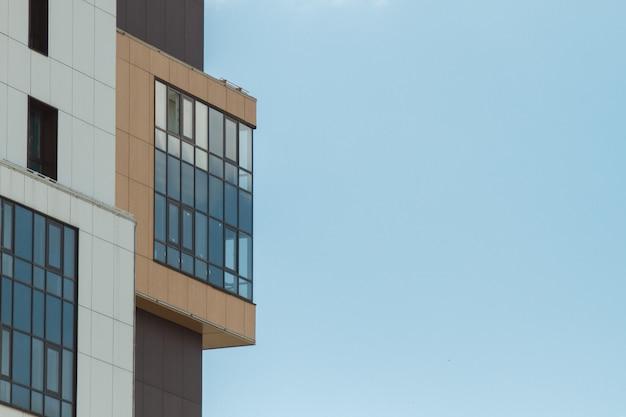 Parte del moderno edificio residencial de apartamentos. incluyendo un lugar para espacio de copia. cielo azul con nubes