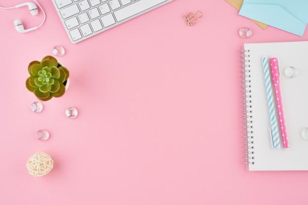 Parte de la página de bloc de notas en blanco en el diario de bala en el escritorio de oficina de color rosa brillante. vista superior de la moderna mesa brillante con notebook