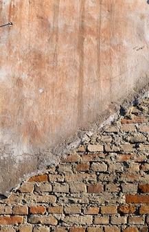 Parte de la pared del antiguo edificio de ladrillos.