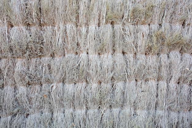 Parte posterior de la estera de paja de bambú marrón como textura abstracta