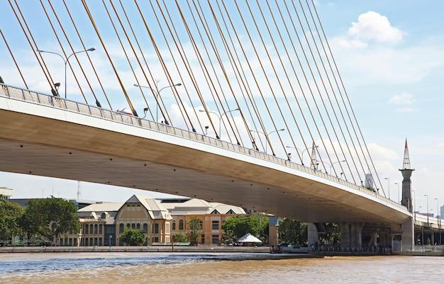 Parte del puente mega honda, rama 8, sobre el río chao phraya en el puerto de bangkok.