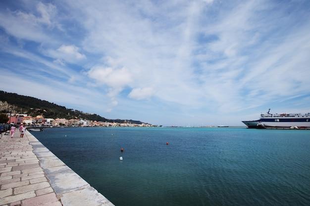 Una parte del puerto y de la ciudad de zakinthos.