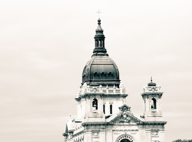 Parte superior de una antigua iglesia cristiana con una arquitectura increíble y cielo blanco