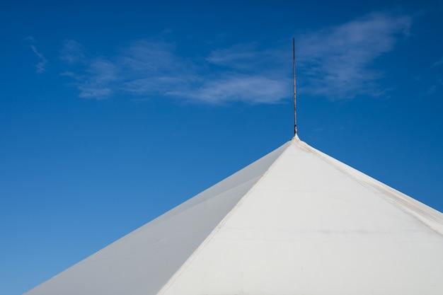 La parte superior de la carpa contra el cielo azul.