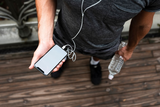 Parte superior del hombre con maqueta de teléfono