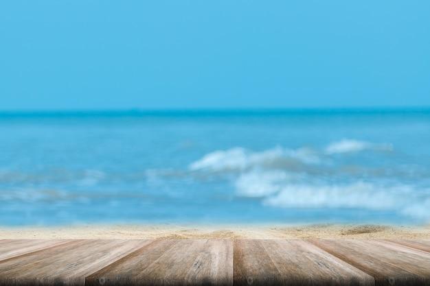 Parte superior de la mesa de madera con fondo borroso mar y palmera