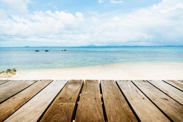 Parte superior de la mesa de madera con paisaje marino y cielo azul