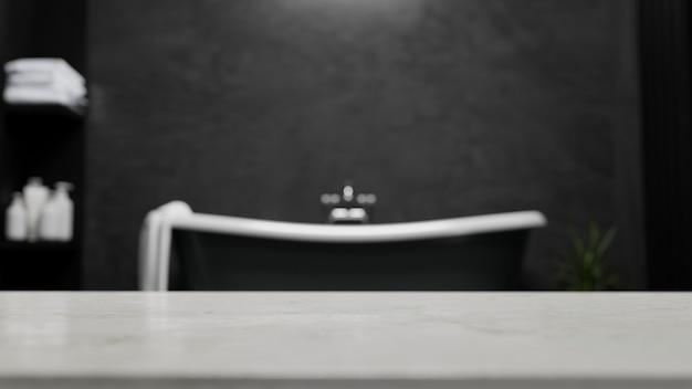 La parte superior de la mesa para el montaje muestra su producto de baño contra la representación 3d del baño negro moderno borroso