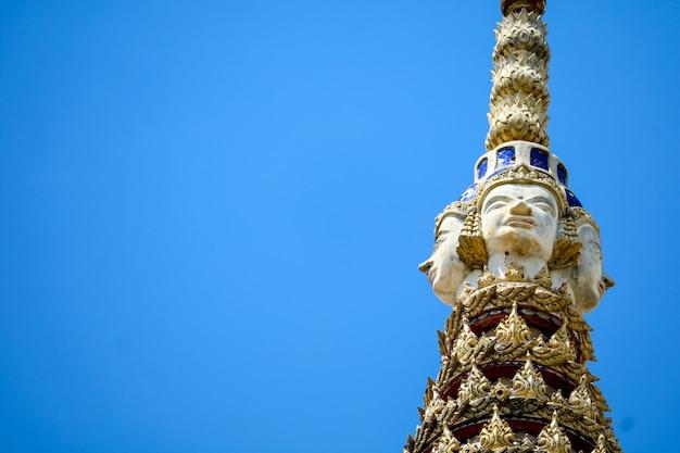 La parte superior de la pagoda es una estatua de la imagen de brahma y el cielo azul.