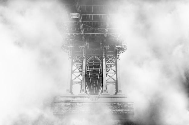 Parte superior de un puente rodeado de nubes