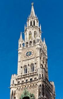 Parte superior de la torre de campana del ayuntamiento de munich en baviera