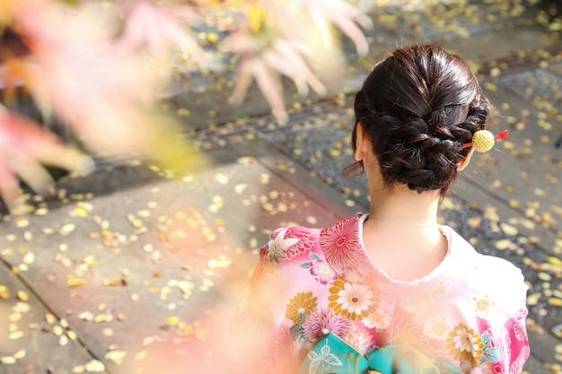 La parte trasera de la bella dama con kimono.