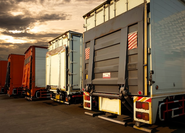 Parte trasera de la puerta de la carretilla elevadora hidráulica en el estacionamiento en el cielo del atardecer. transporte de camiones de carga y logística.
