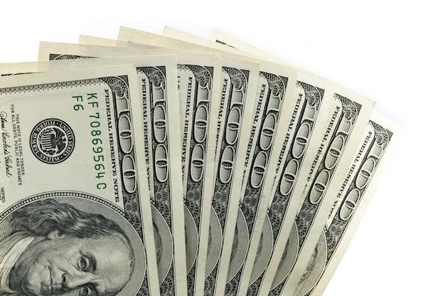 Las partes de los billetes de $ 100 tienen forma de abanico desde la parte inferior.
