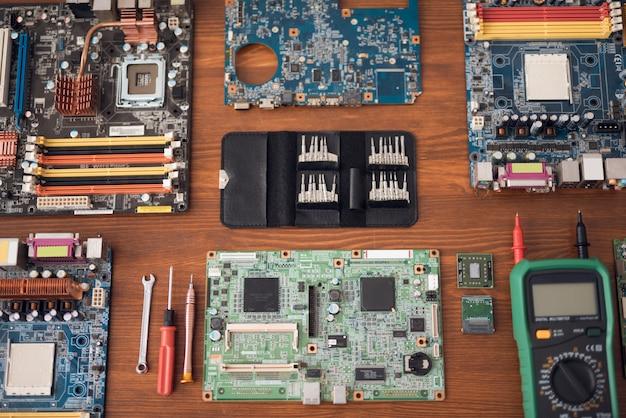 Partes de la computadora se presentan en el escritorio.