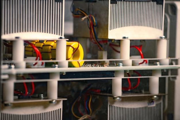 Partes electrónicas de grandes equipos industriales.