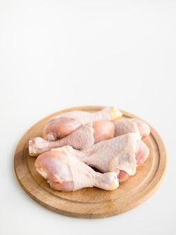 Partes de pollo crudo en una bandeja