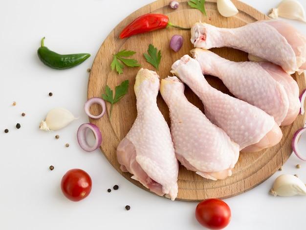 Partes de pollo crudo con diferentes ingredientes