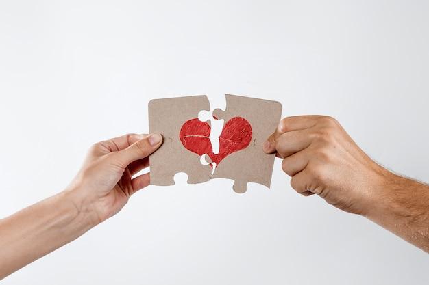 Partes del rompecabezas forman el corazón, roto.