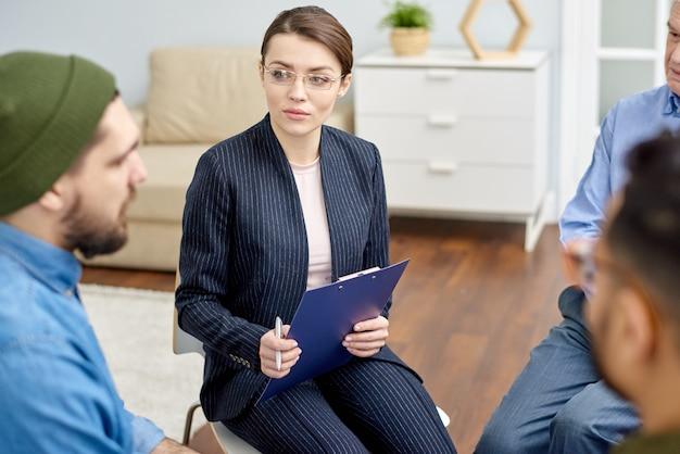 Participando en una sesión de terapia grupal