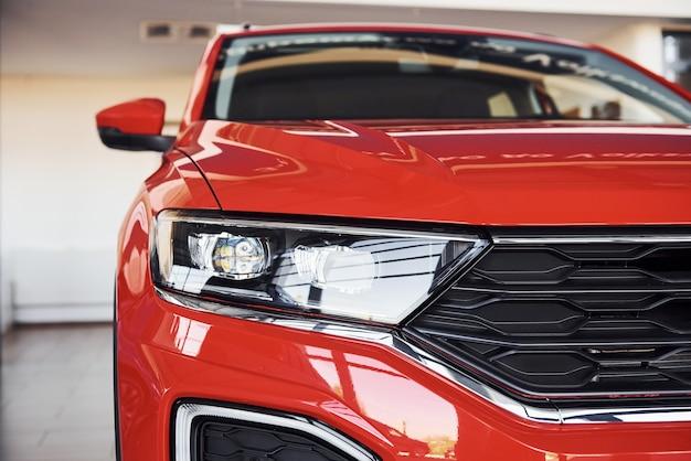 Partícula vista cercana del moderno automóvil nuevo.