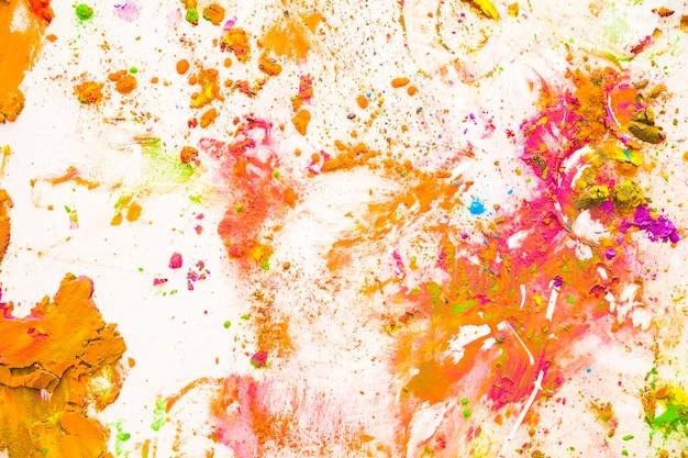 Partículas de polvo de color salpicado sobre fondo blanco