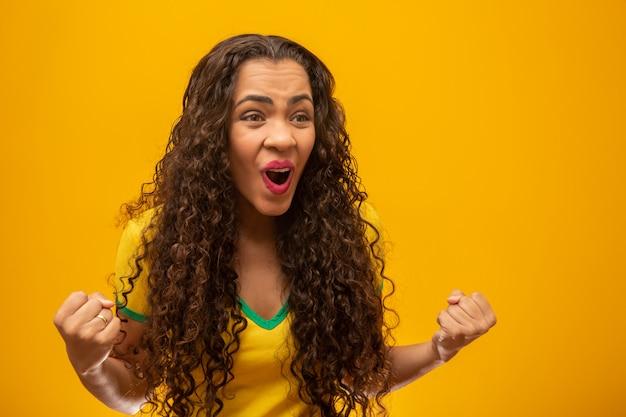 Partidario brasileño hermosa joven con el pelo rizado.