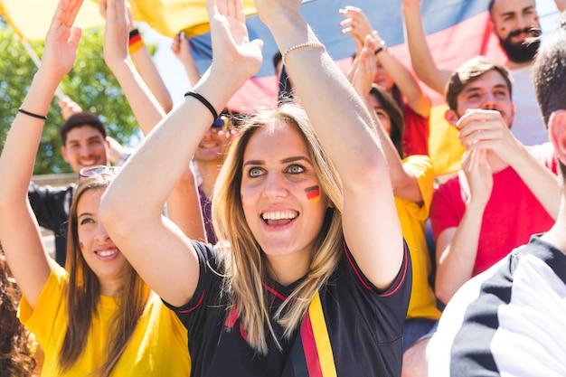 Partidarios alemanes celebran en el estadio para el partido de fútbol